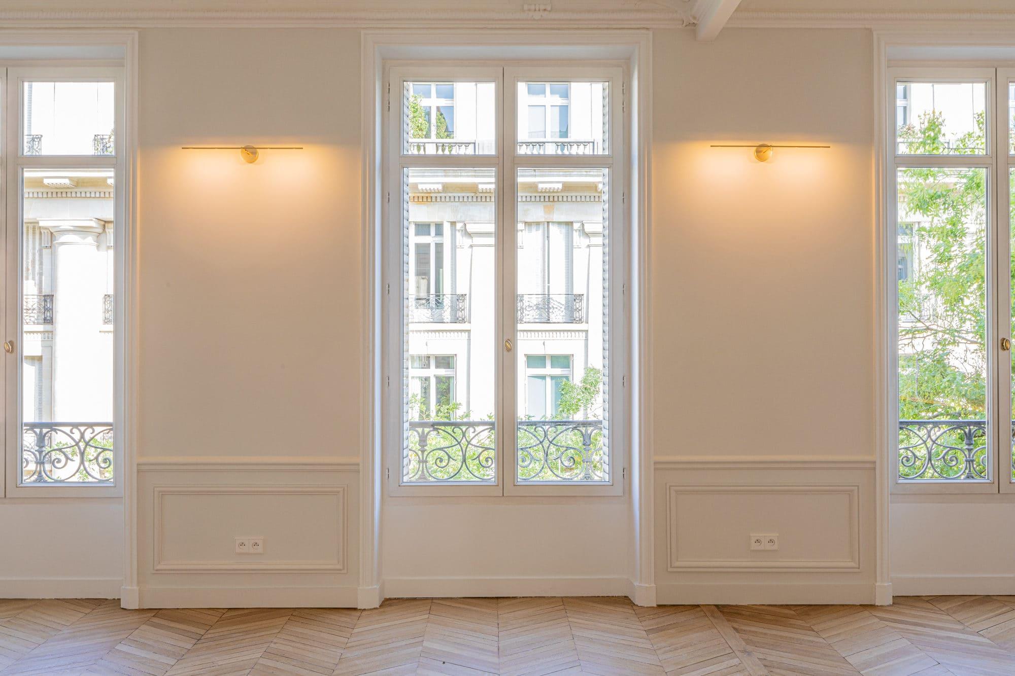 Light design pour le salon d'un bel appartement parisien