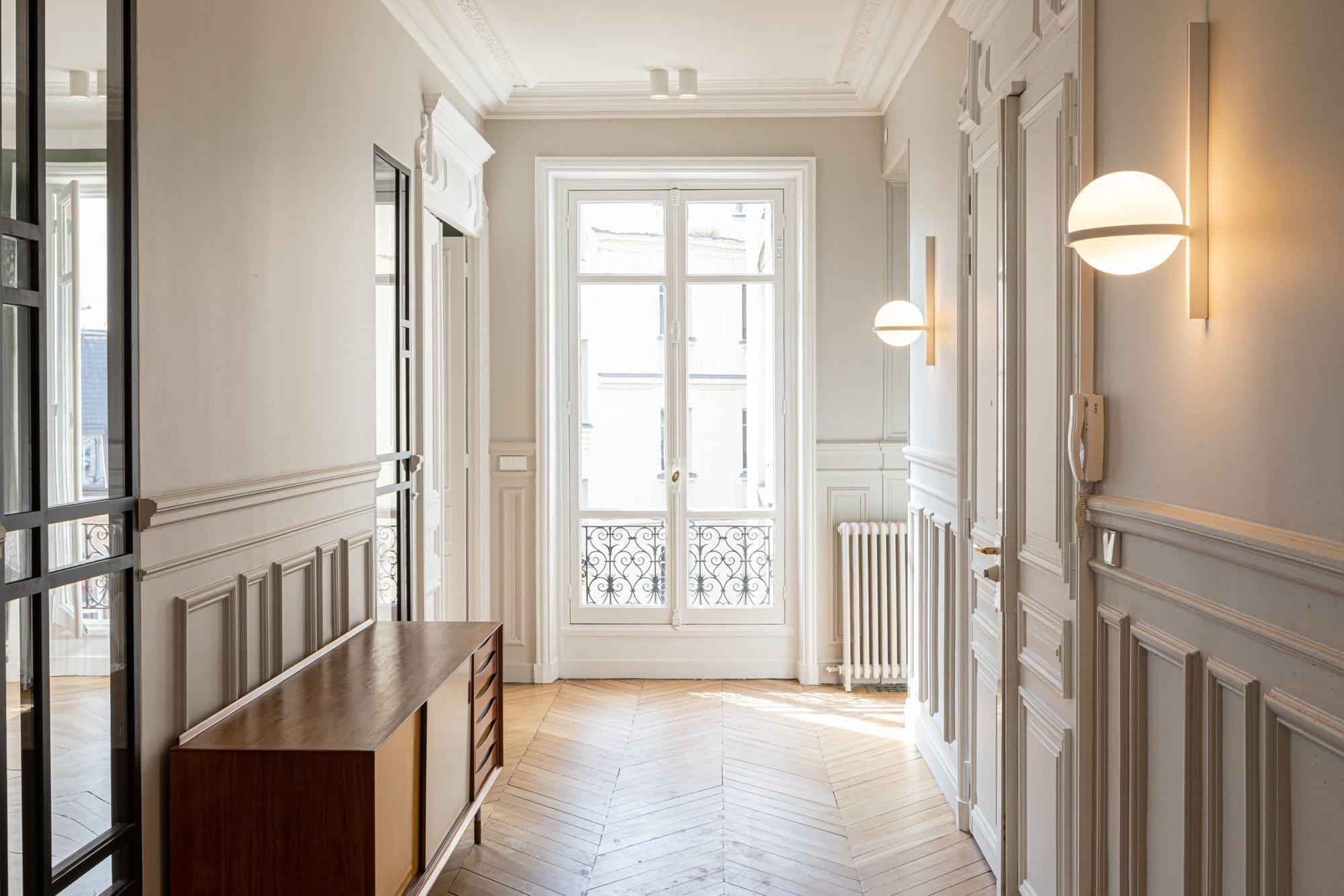 Light design d'une entrée d'appartement parisien