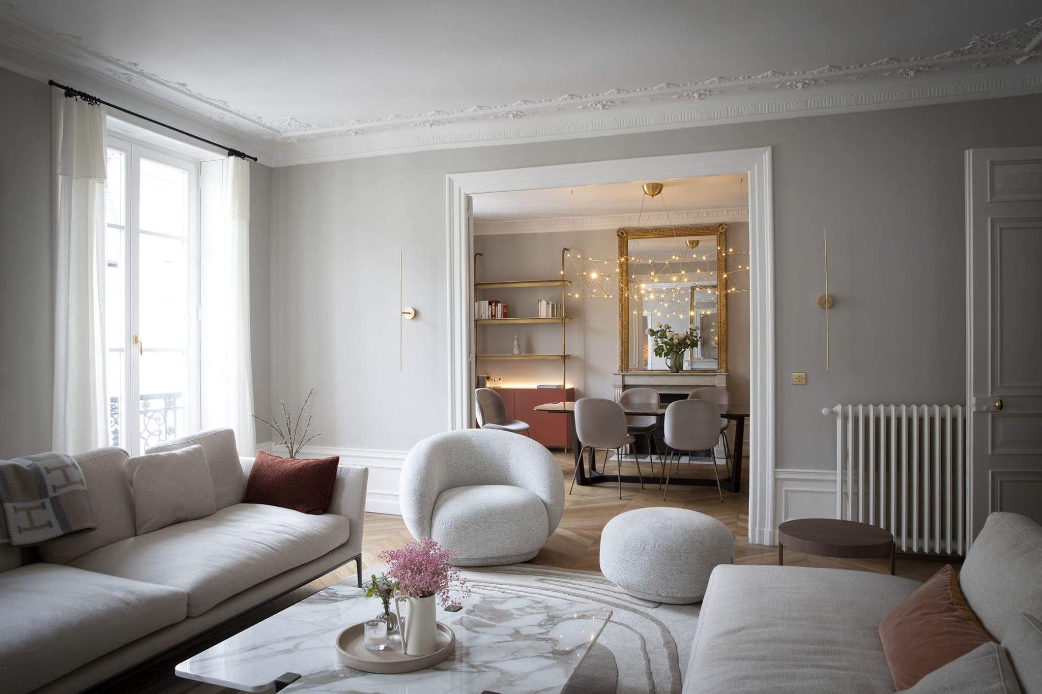 Light design dans un double séjour d'un bel appartement parisien
