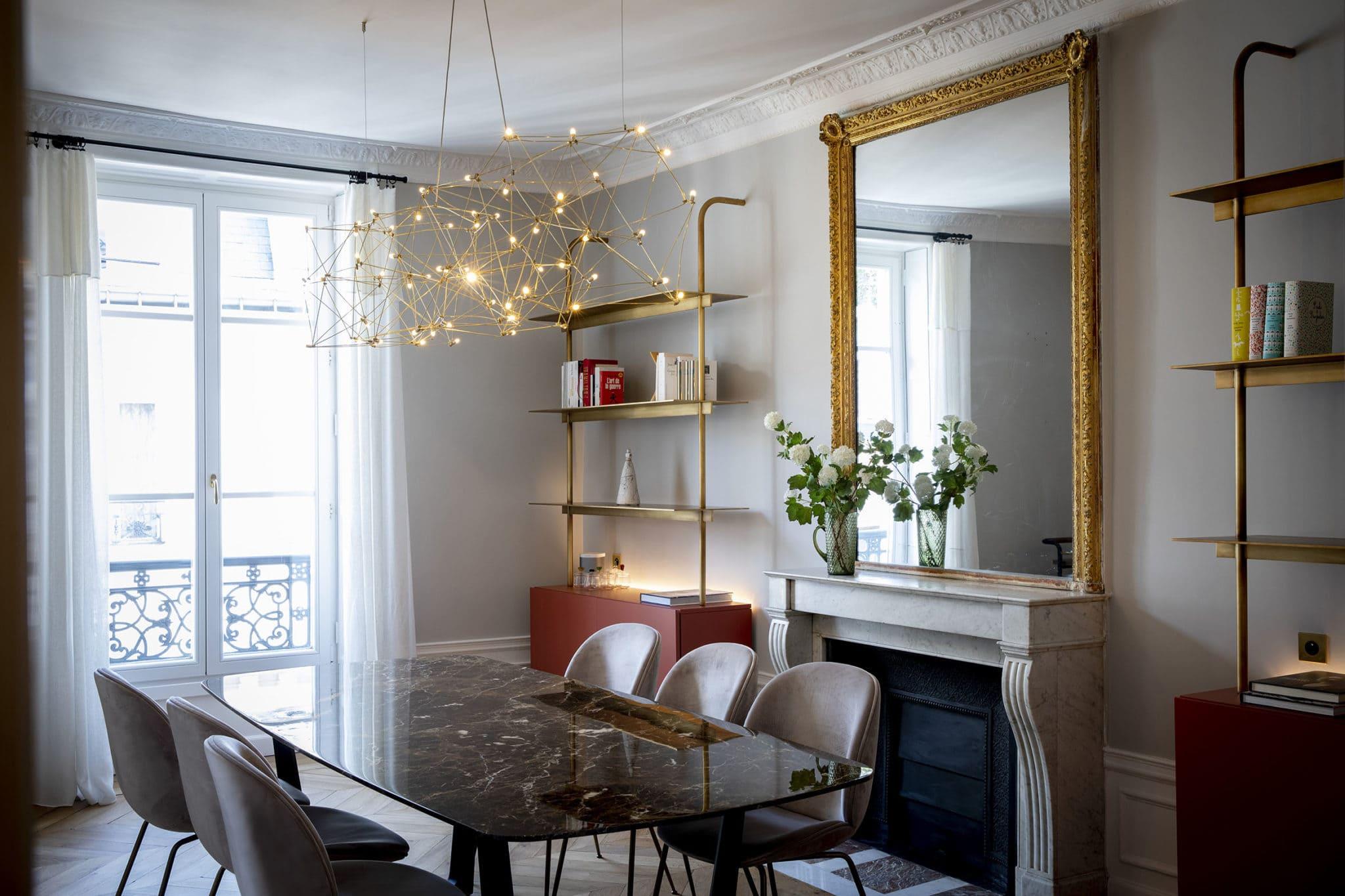 Light design d'une salle de réception d'un chic appartement parisien