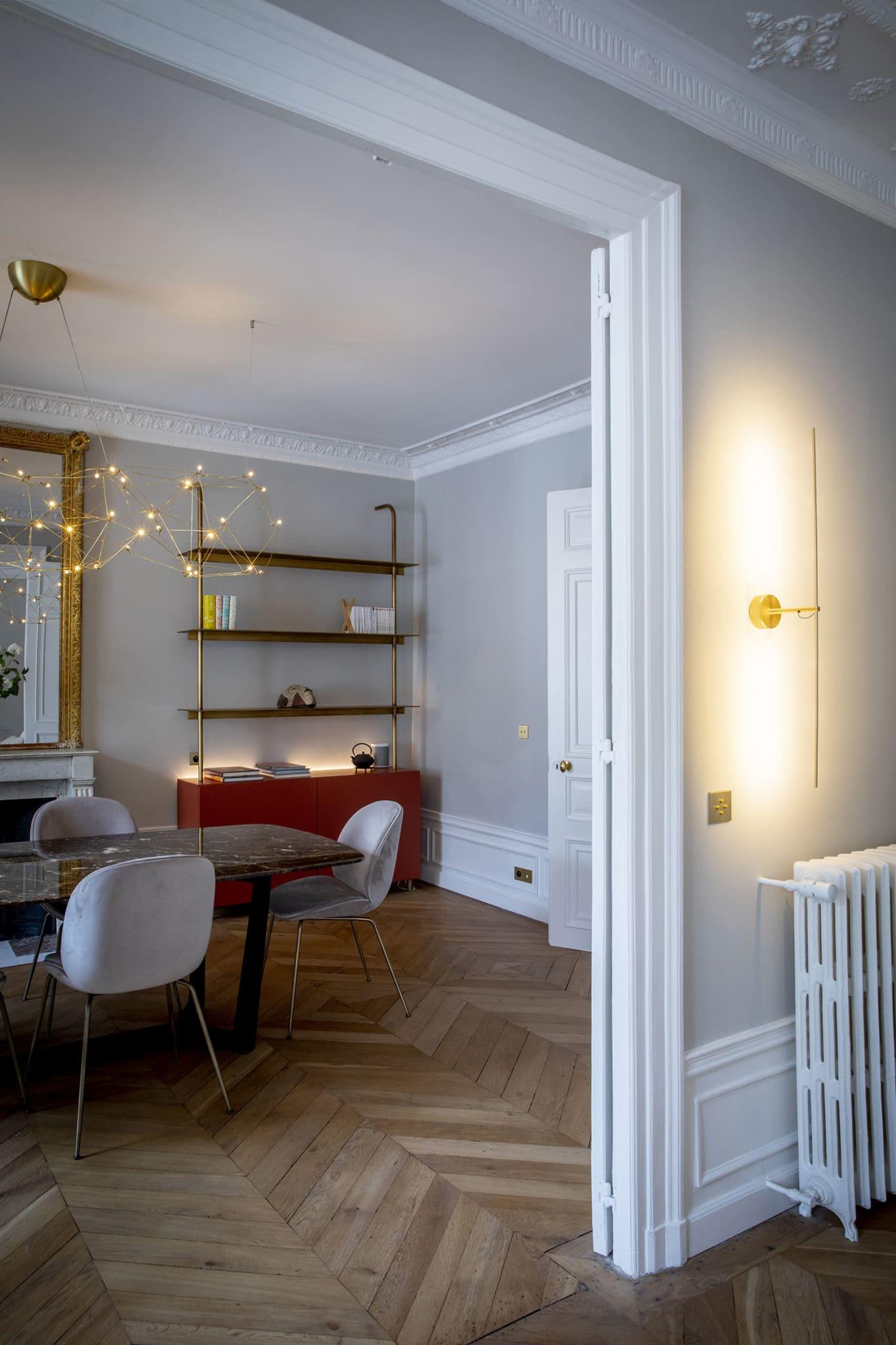 Light design du salon d'un chic appartement parisien