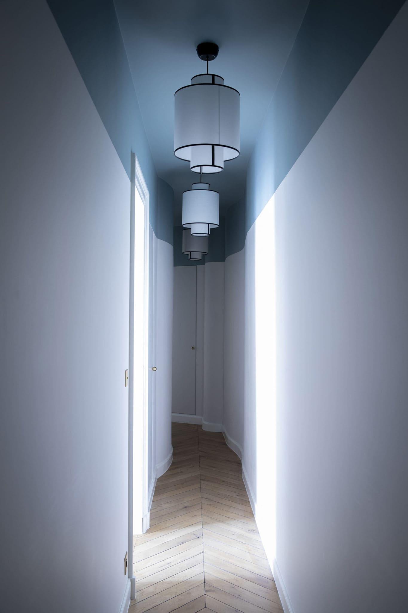 Light design dans un couloir d'appartement