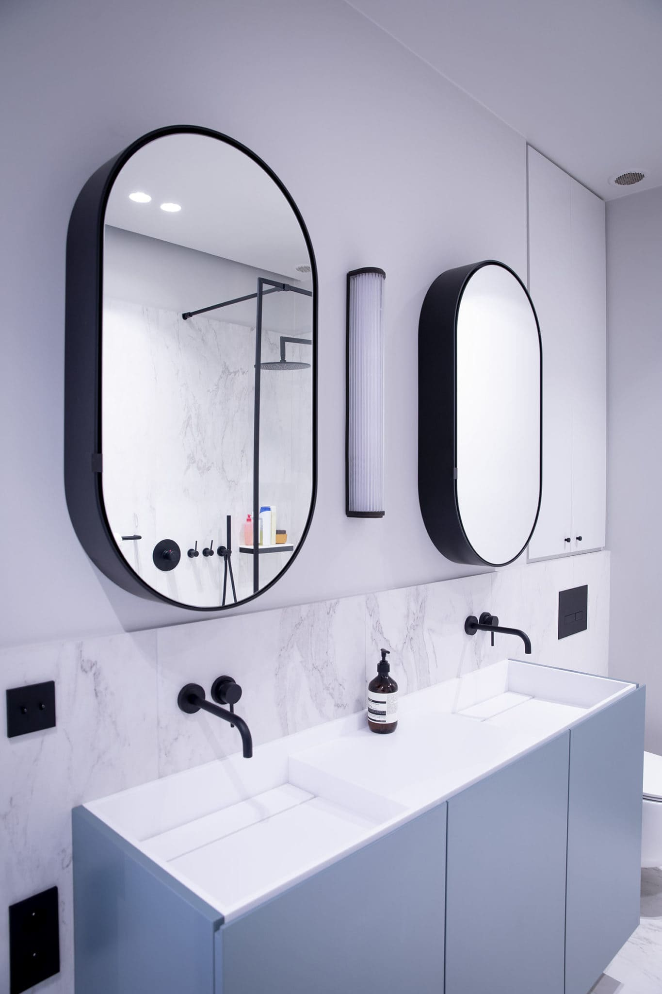 Light design d'une salle de bain d'un chic appartement parisien